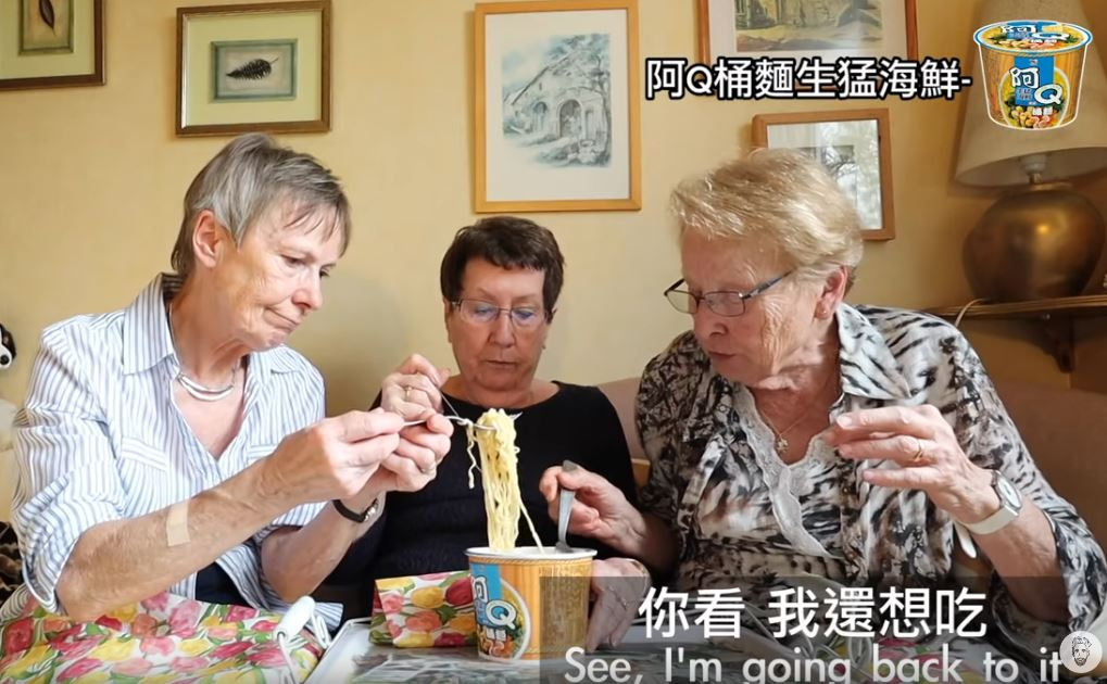 影/法國阿嬤「試吃台灣泡麵」百萬人笑翻 一致票選出「冠軍口味」大讚:想開團購!