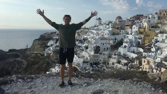 影/型男求婚前「慘被女友分手」去希臘散心 瀟灑「把10萬鑽戒丟掉」人生卻變更好!