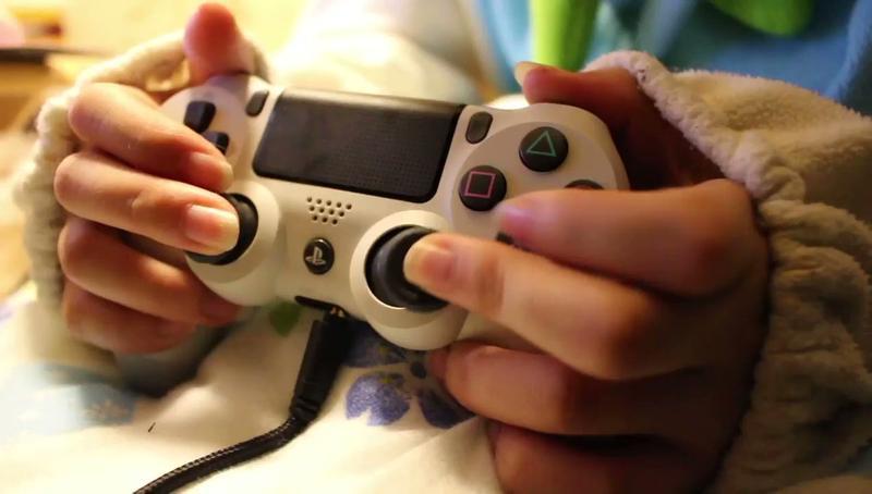 專業玩家才會!網瘋傳妹子打遊戲影片 近看驚見「江湖近失傳」的手把拿法