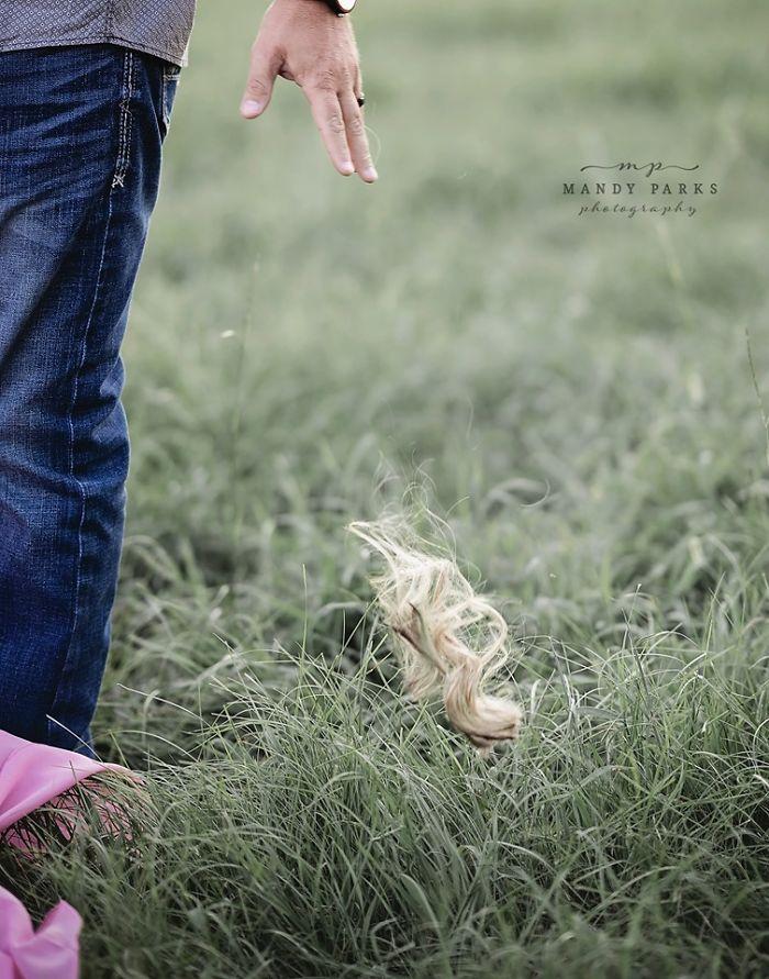丈夫為「奮鬥中的老婆」剃掉整頭金髮 眼神讓網友超心疼:是真愛QQ