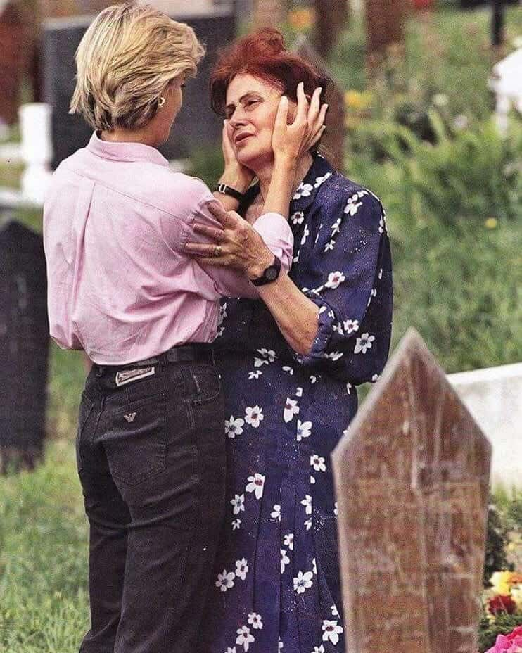 黛安娜堅持「參觀墓園」緊擁喪子母親 沒多久爆「巴黎事件」知情者曝:她預見自己離開...