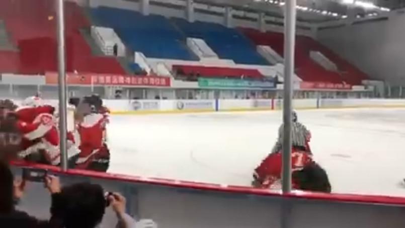 影/國際冰球比賽「香港VS中國」同場較量 中國隊「落後9分」輸不起狂毆對手!