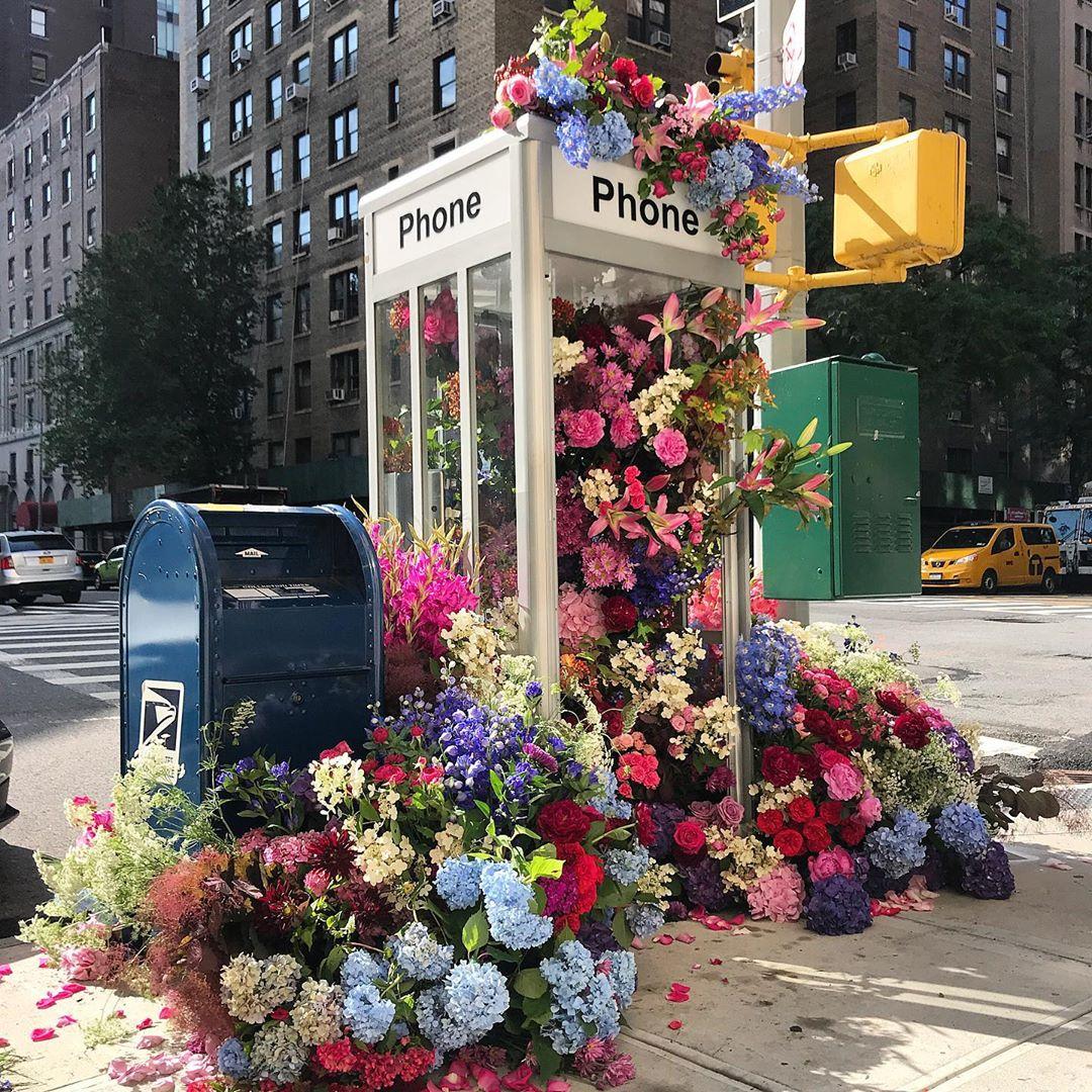 街頭突出現「網美花牆」點亮城市 超佛花藝師「免費送大禮」:想給路人驚喜!