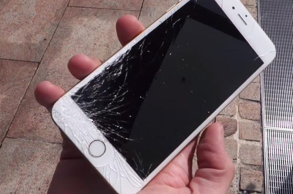 手機「螢幕保護貼」碎掉還繼續用?他拇指「突然腫脹」求醫 碎片入侵「爆膿」超嚇人!