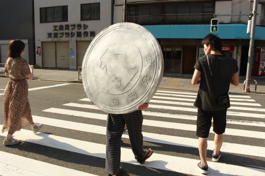 他只用「1塊錢」就讓世界變得超迷你!網見「拍攝過程」傻眼:視覺好衝擊