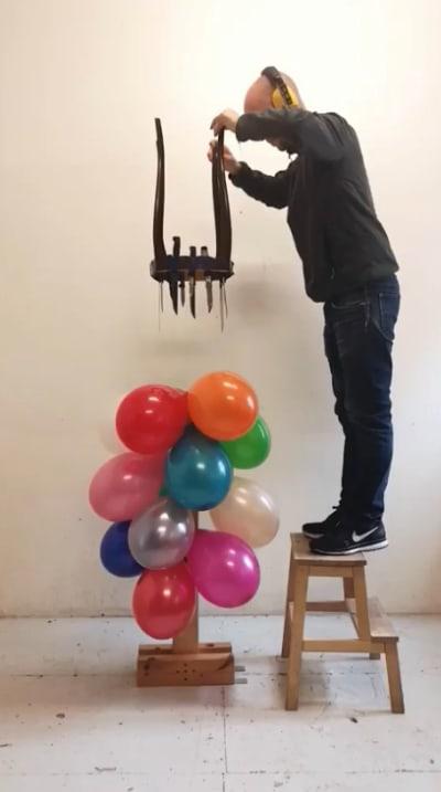藝術家用「各種道具戳氣球」 「超腦洞方法」網讚爆:太療癒!