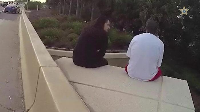 影/白衣男「呆坐窗台」準備了結自己 她用「聯合公園神曲」救回一條命:我在乎你QQ