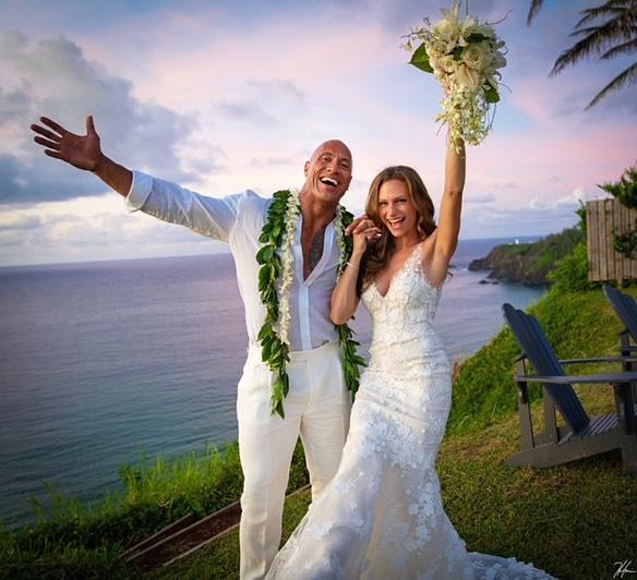 巨石強森結婚了!長跑12年把「小13歲嫩妻」娶回家 IG告白「2個字」閃瞎全網