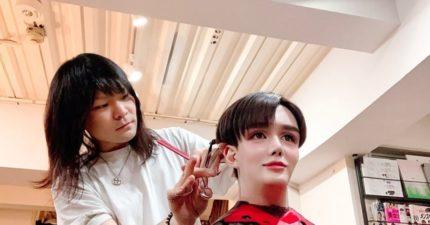 幫假人剪頭髮?日本蛇精男照片「太違和」被瘋傳 他自豪PO「老爸合照」堅稱:真的沒整形!