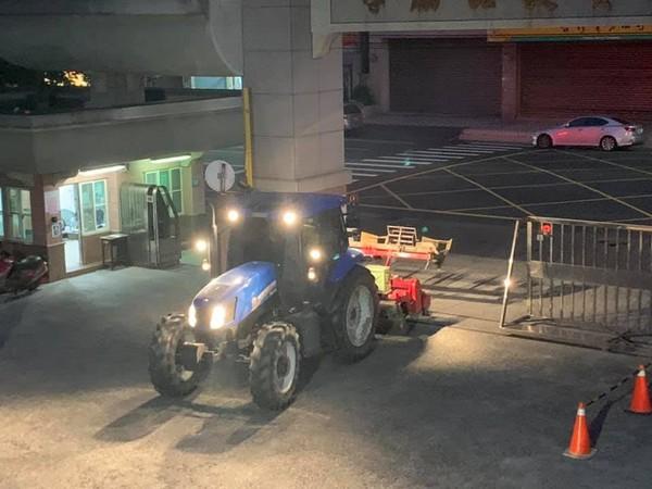 種田種到來不及上課!他直接開農耕曳引機趕來 同學超驚恐:比開名車還厲害