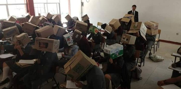 超狂防作弊方法!學生「頭戴紙箱」只開2個洞 家長罵翻老師卻辯:他們自願的