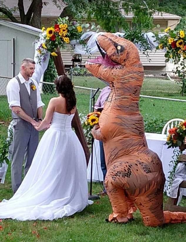 新娘表示「伴娘隨便穿就好」她當真 婚禮出現「暴龍拿捧花」笑翻賓客!