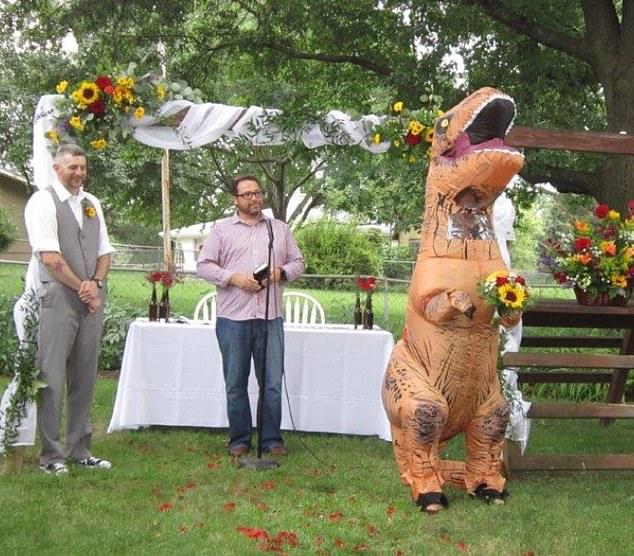 新娘表示「伴娘隨便穿就好」她當真 婚禮上出現「暴龍拿捧花」笑翻賓客!