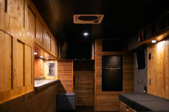 他買不起房子…決定把救護車→夢想家園 花4個月裝潢「媲美5星級飯店」網讚爆!