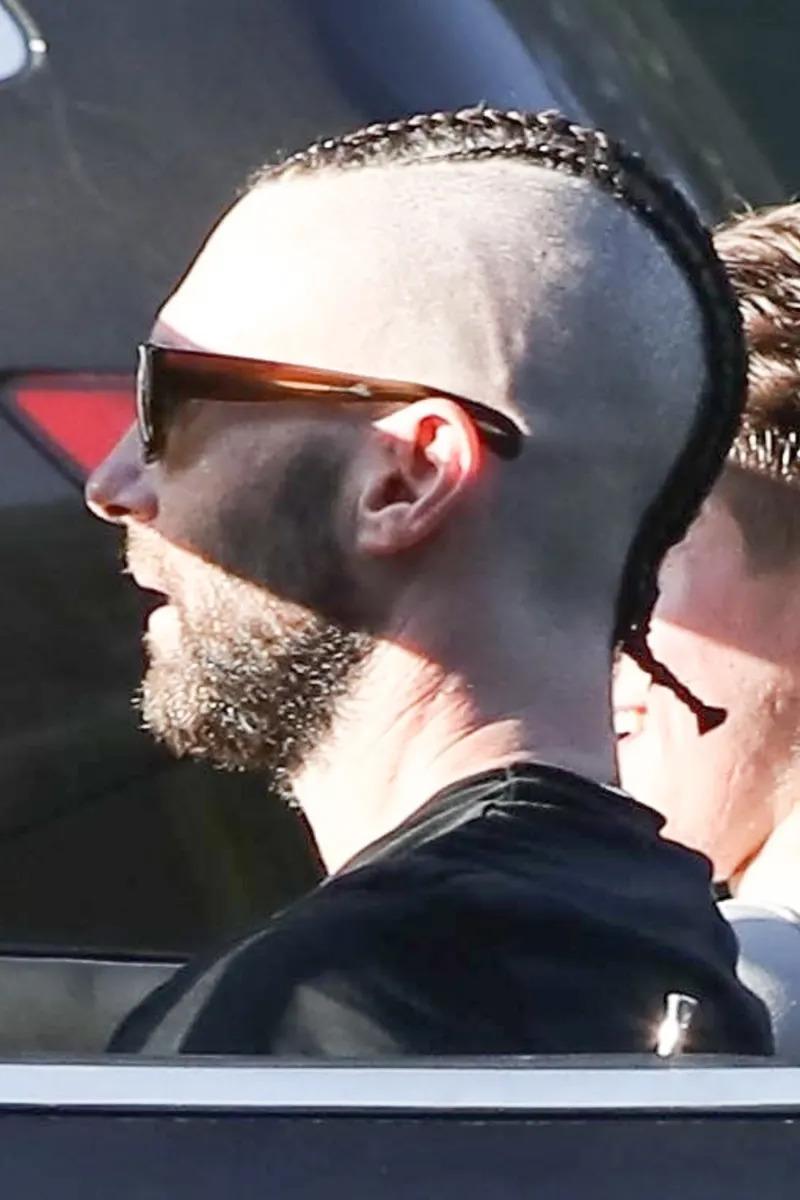 「最性感男人」亞當李維換新髮型了!他把「側邊剃光」還綁小辮子 粉絲崩潰:還我男神
