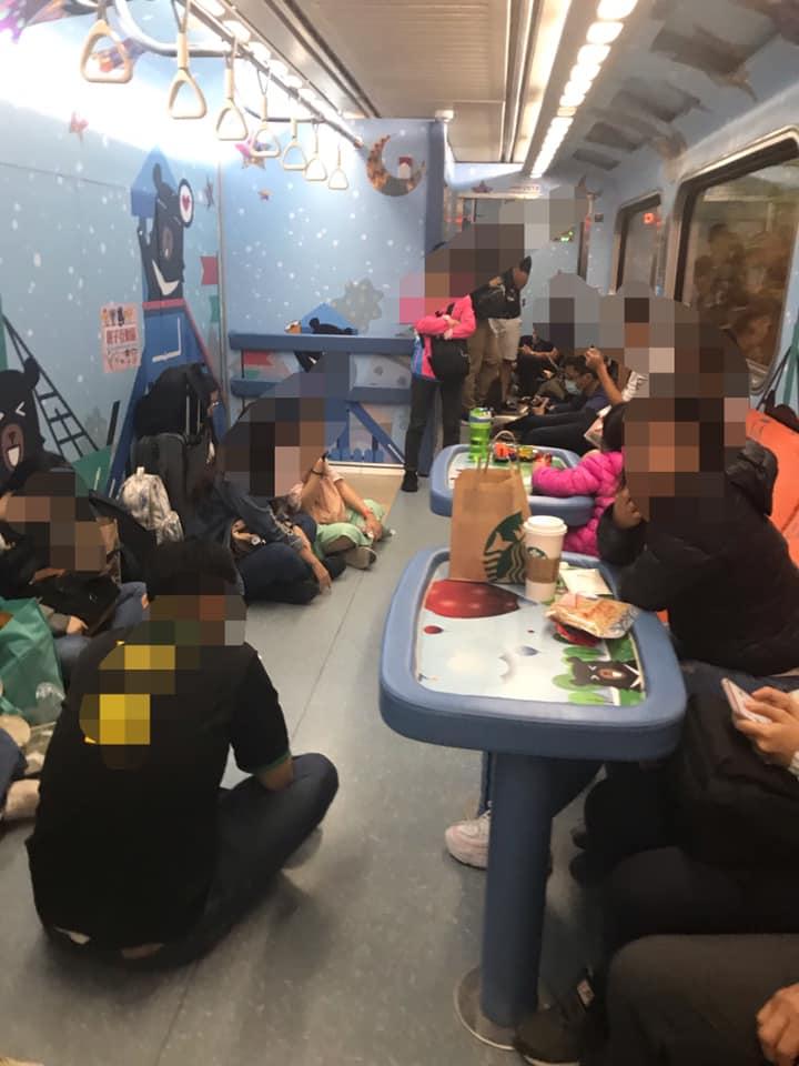 她買親子車廂票開心帶孩子出去玩 一上車驚見「難民營」超傻眼!網:搭過一次就不會想搭第二次