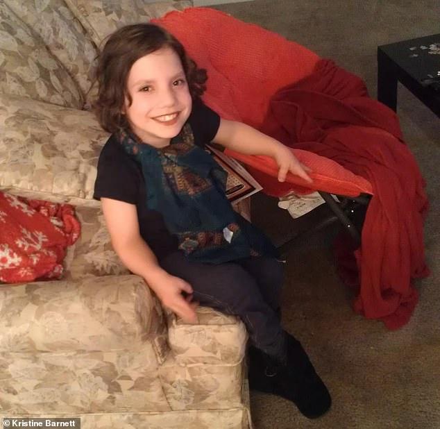 領養6歲小女孩...她竟是「23歲侏儒裝的」 在咖啡下毒還冷笑:想送你上天堂