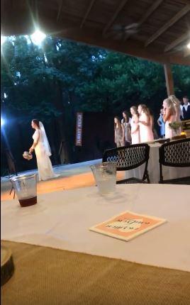 影/女友參加婚禮接到捧花 男友目睹「飛速跳柵欄」開車逃跑…超爆笑片段破千萬轉發!