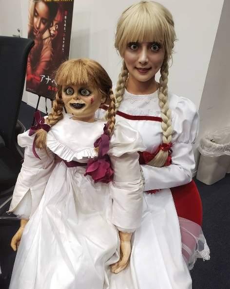 安娜貝爾真人版!她穿上「招牌洋裝+瞪大眼」神還原本尊 網嚇壞:娃娃跑出螢幕了…