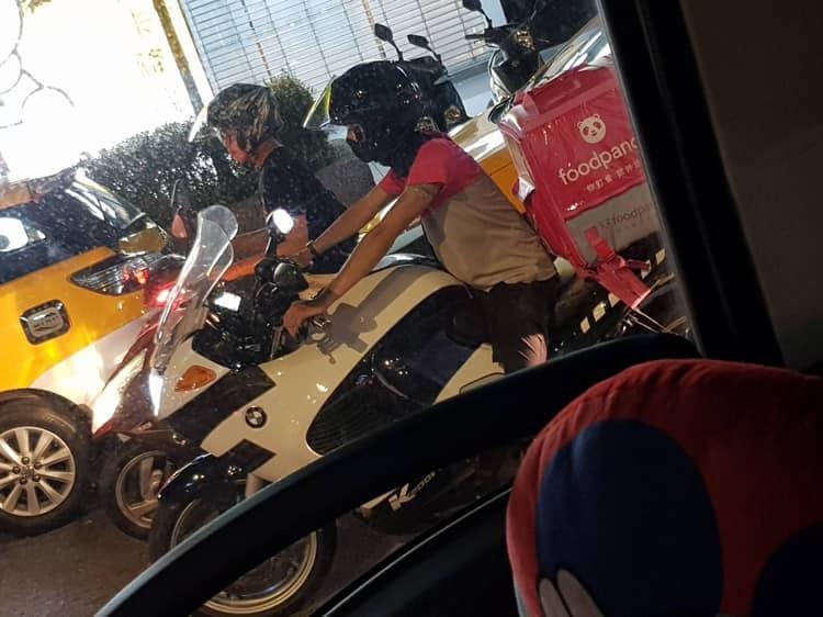 停紅燈驚見「騎BMW重機」的外送員 網友:有錢人的樸實無華...