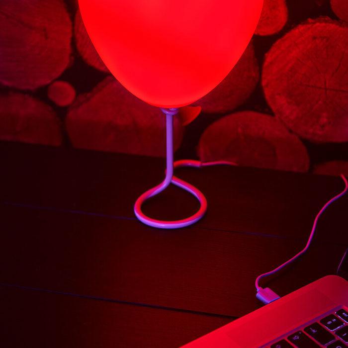 毛到不行!《牠》推出神還原「小丑紅氣球燈」 「開燈後畫面」恐怖感爆表:半夜絕對嚇死