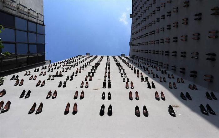 密集恐懼注意!大樓牆壁「插滿高跟鞋」畫面超震撼 背後真相曝光:失去了440條人命