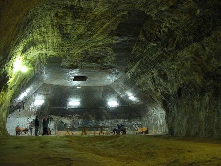11世紀「神秘地下城」曝光!3000人住「地下37樓」竟然還有足球場跟摩天輪