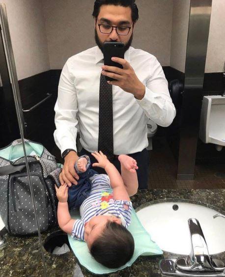 男廁沒尿布台!暖爸被迫「放腿上克難換」PO網成功改變世界