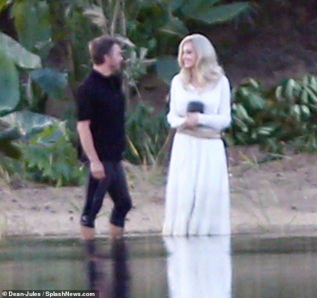 漫威《永恆族》首波片場照曝光!裘莉「超仙氣金髮+白裙」提前爆雷劇情:在倒骨灰?