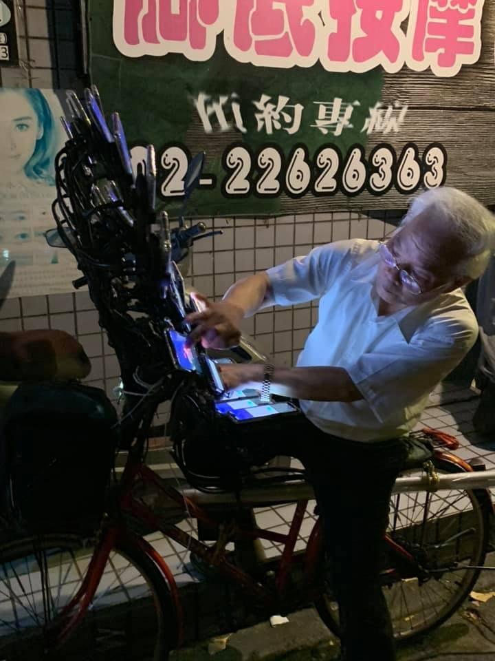 最強寶可夢大師!70歲阿伯出動「42台藍光手機」解任務 正面壯觀到像「孔雀開屏」