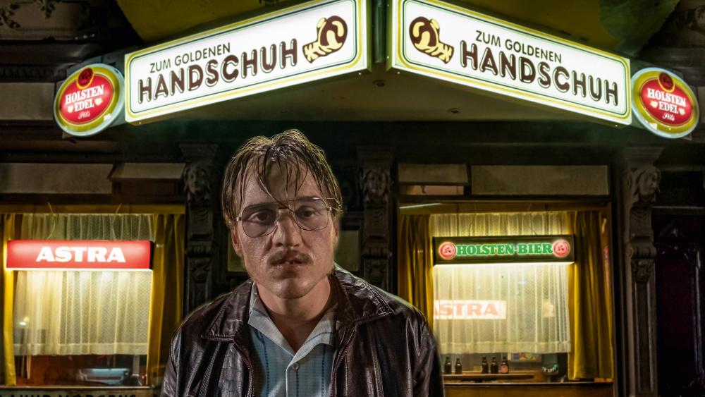 有雷影評/《金手套虐殺事件》描述「人性」黑暗面 用「滿屋子的惡臭味」挑戰倫理極限!
