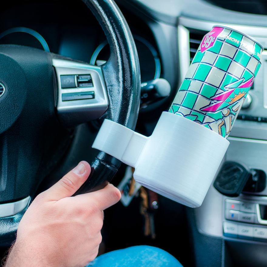 10個看似厲害的「超沒用」廢物小發明 「方向盤製杯架」讓你開到哪灑到哪!