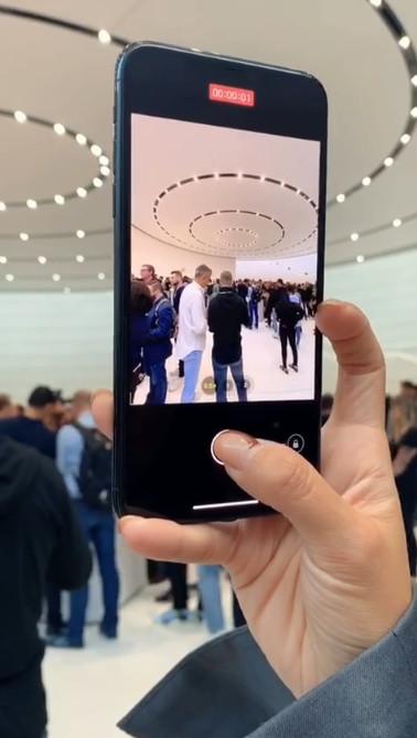 影/新款iPhone「午夜綠」美翻!網紅實測「超廣角鏡頭」畫面太威 一鍵錄影超方便