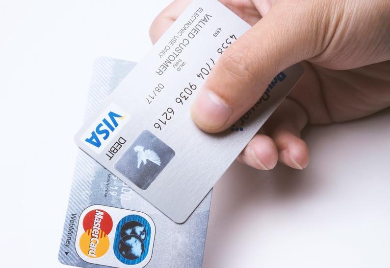 超神記憶的店員!他趁客人結帳「秒記卡片資料」 盜刷「1300張信用卡」網驚:是天才