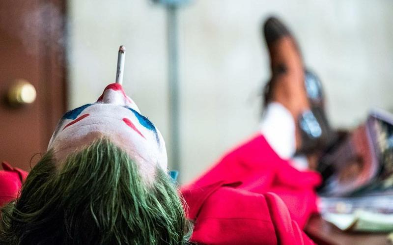 希斯萊傑X瓦昆費尼克斯「雙小丑合體海報」!超黑暗「反派微笑」粉絲暴動:帥到沒有極限