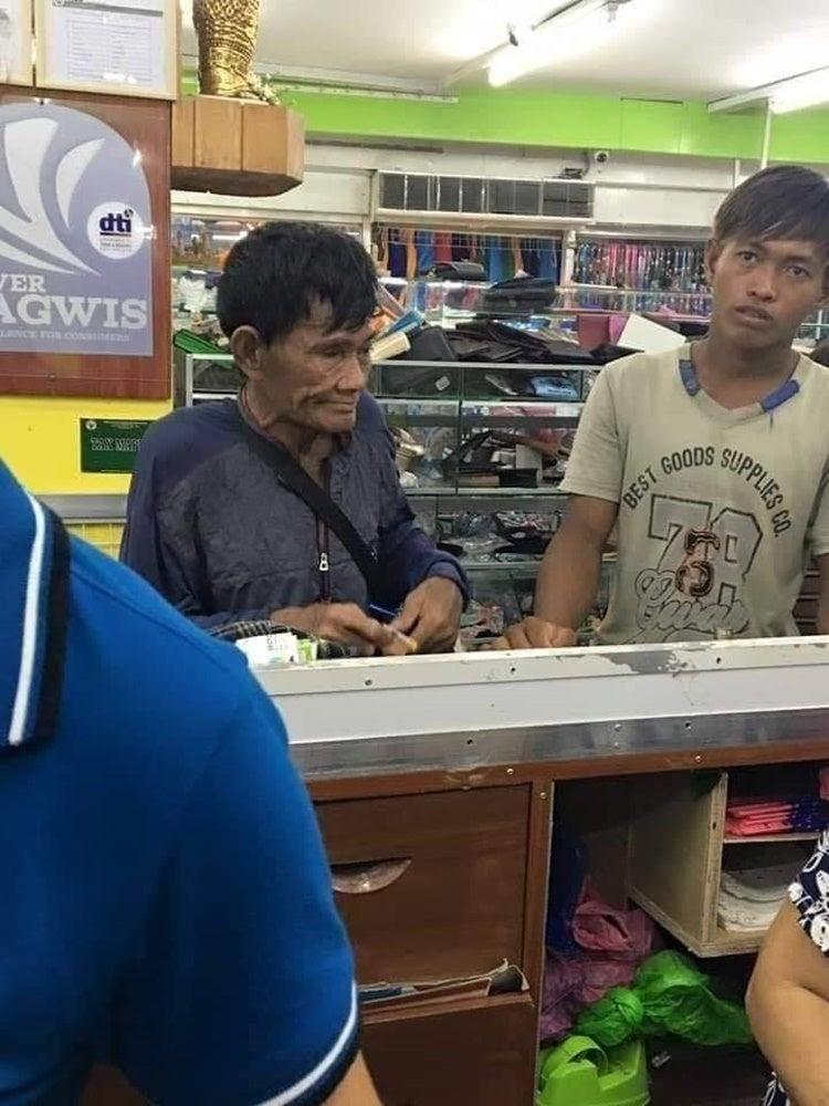 擔心麻煩店員!貧父抱「一大盒零錢」幫兒子買新鞋 低頭默默數錢...他道歉:真的不好意思