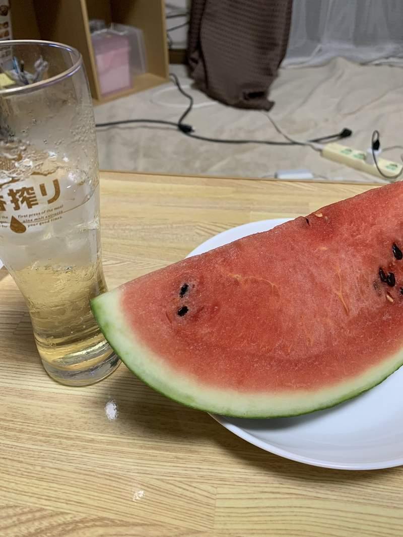 夏天94要這樣吃!他自製冰涼清爽「酒精西瓜」 切開來後「一片片超誘人成品」被瘋傳:最棒的享受