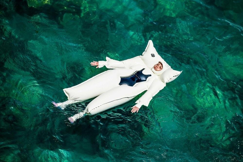旱鴨子必備!「全身式泳圈」輕鬆就浮起來 設計理念超感人