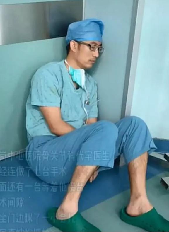 醫生「連做7場手術」坐在地板睡着 網感動讚「真英雄」卻引來質疑:出錯怎麽辦?