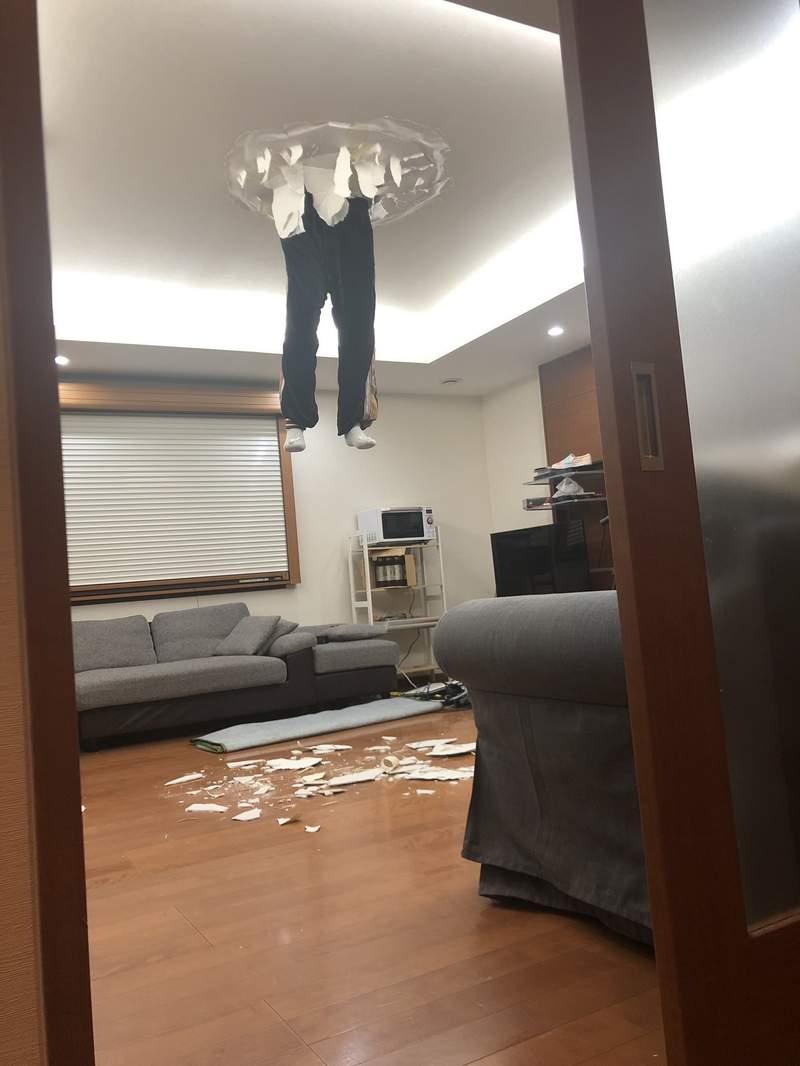 他回家竟看到「天花板卡著半個鄰居?」超獵奇畫面老司機發車:好像在哪裡看過這個畫面...