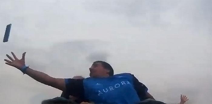 影/搭雲霄飛車「前座手機噴飛」時速破130公里 他「單手接殺」網驚:超神救援!