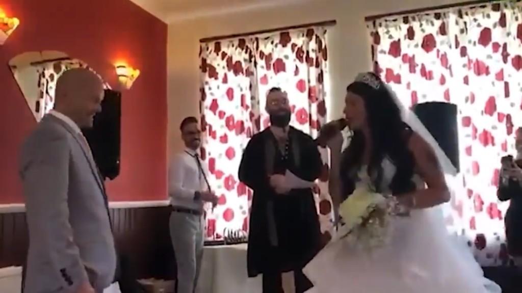 影/他去朋友婚宴...卻驚見「新娘是自己女友」崩潰!下瞬間「神展開劇情」卻讓人爆淚