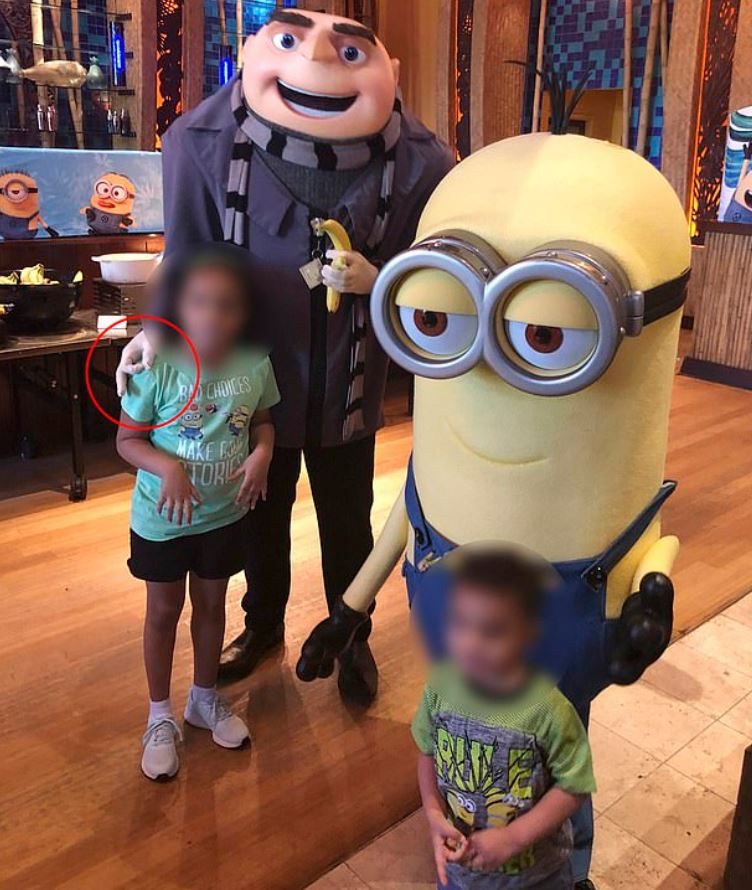 環球影城《神偷奶爸》跟女童合照「比OK手勢」 父母氣到投訴「員工直接被開除」!