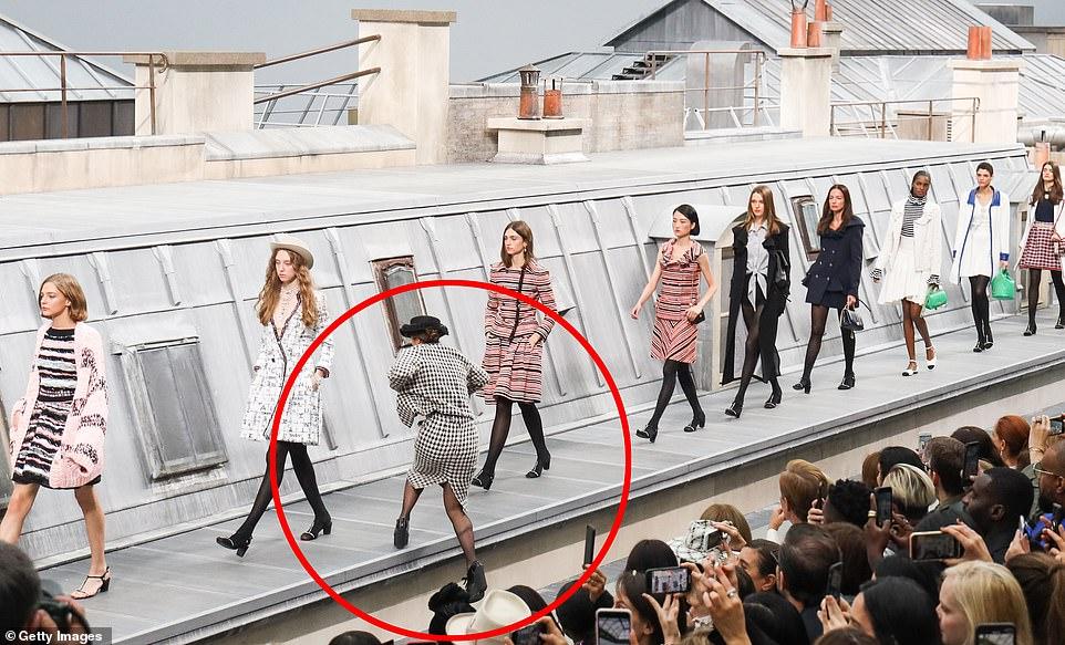 大媽「亂入香奈兒舞台」把自己當模特兒!吉吉哈迪「超冷靜處理慣犯」被讚爆:果然專業