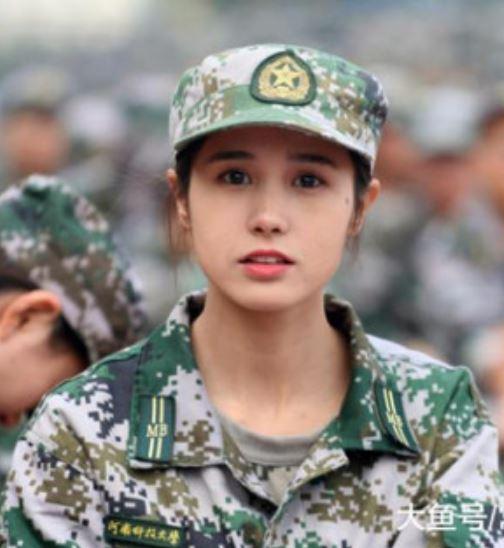 女大生「清新脫俗軍訓畫面」網路爆紅 揭開「絕世正臉照」讓人直接戀愛❤
