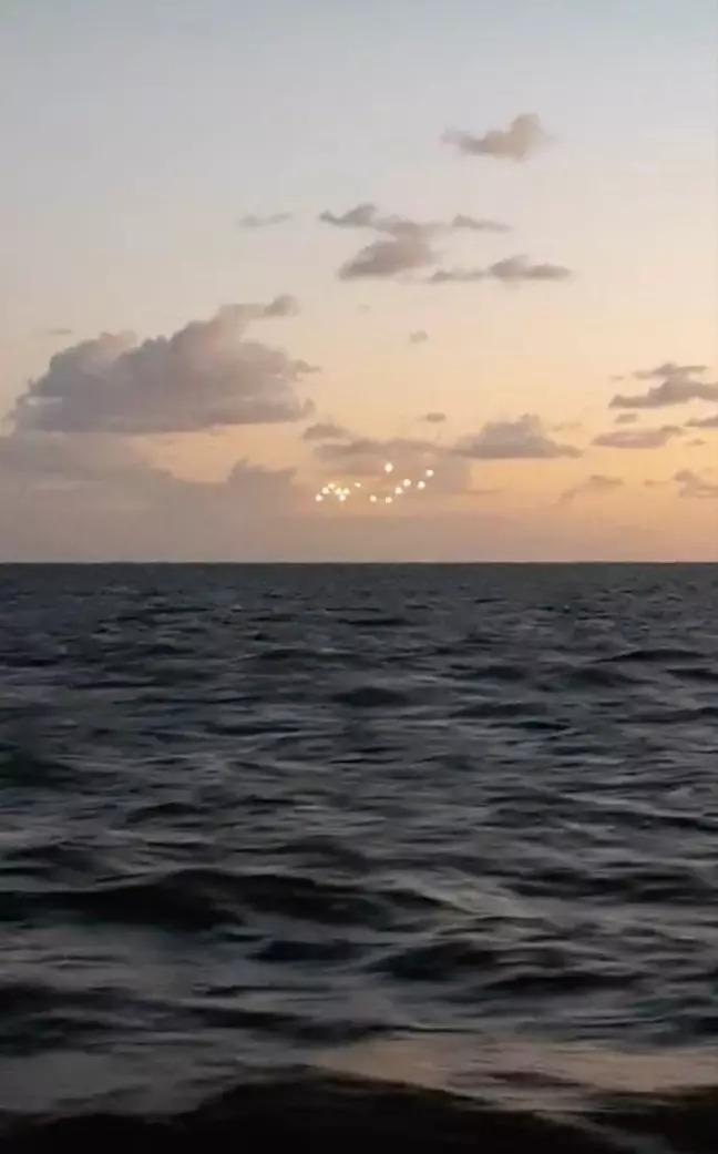 影/只出現一秒!美國空中出現「14個神秘光點」引熱議 網友驚呼:外星人的痕跡?
