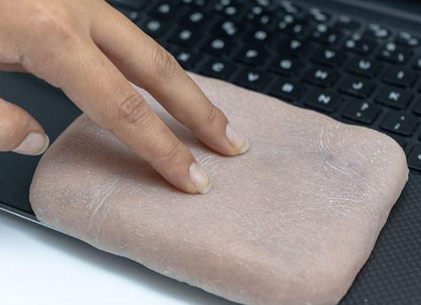 科學家發明「1:1仿真皮膚」手機殼 還有「超人性化功能」:瘙癢時會大笑