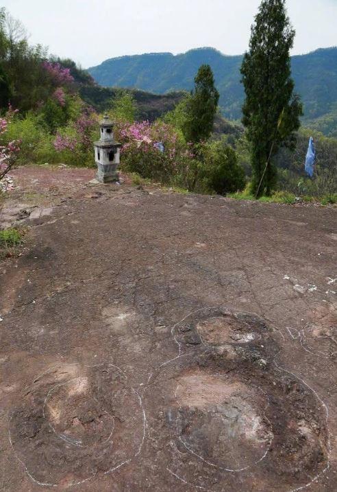 中國村莊驚現「恐龍腳印」億年化石 村民「用水泥填埋維護」專家驚呆:很難修復...