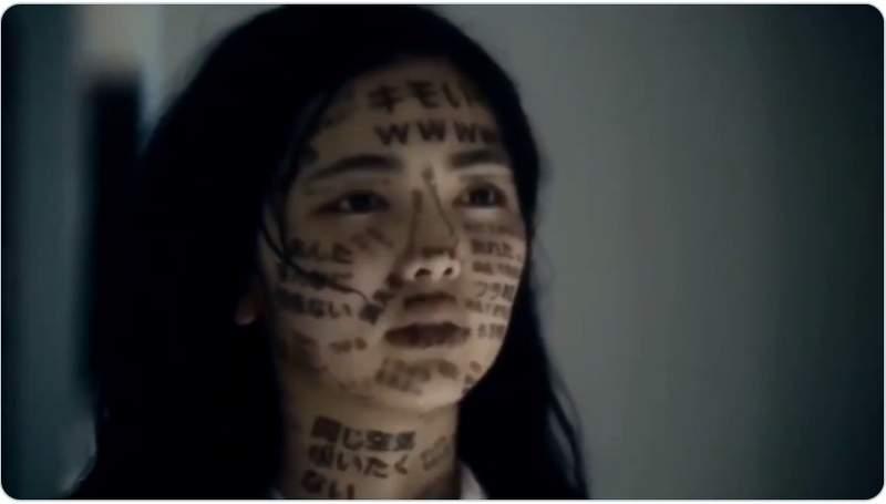 女高中生瘋狂洗臉...臉上卻「全是髒話」 網友淚崩:這是難以抹滅的傷痛