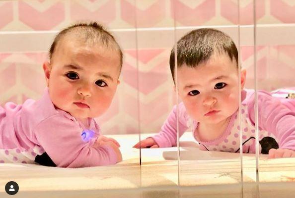 雙胞胎「超萌微表情互動」爆紅 長大「神複製對方」畫面療癒眾人❤